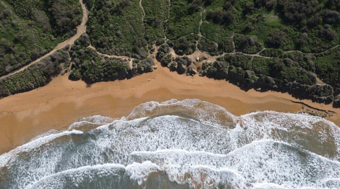 Záběry z dronu, pláže, moře, útesy.